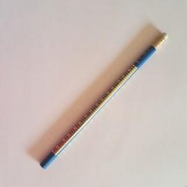Crayon gris clavier de piano bleu avec gomme