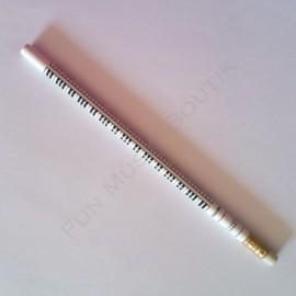 Crayon gris clavier piano blanc avec gomme